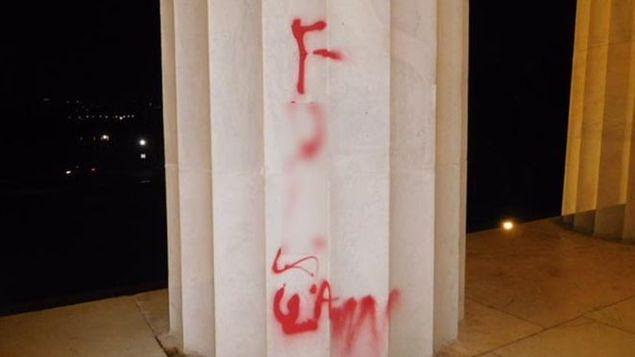 Pintan-obsceno-monumento-Lincoln-Washington_MEDIMA20170816_0083_31