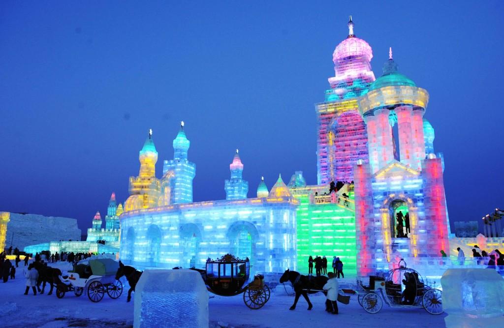 11224003. Harbin, China.-Turistas visitan el Mundo de hielo y nieve en Harbin donde se presentan esculturas iluminadas monumentales. XINHUA- NOTIMEX/ FOTO/ WANG JIANWEI /CORTESÍA/HUM